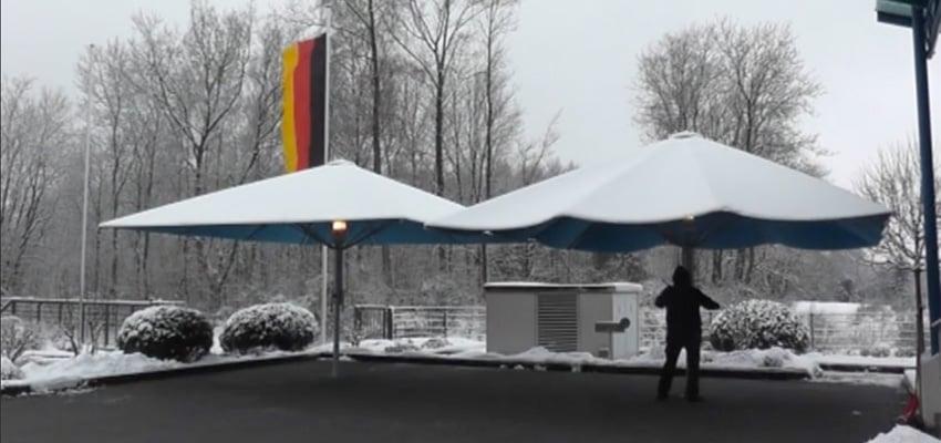 Gewusst wie: Schirme sanft vom Schnee befreien