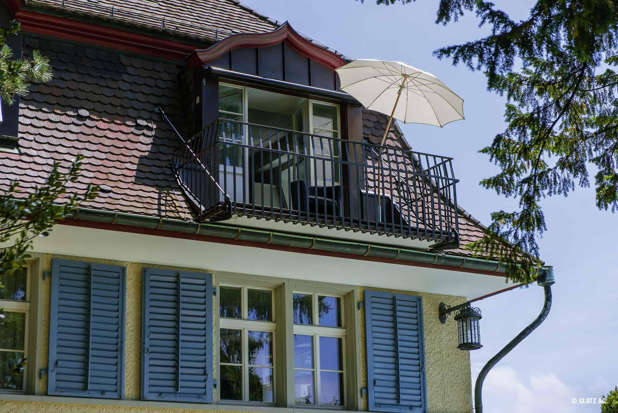 Runder Sonnenschirm auf Balkon