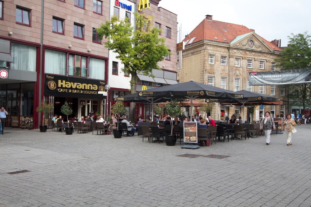 Havanna Bar Osnabrück mit SunLiner Sonnenschirmen und Leiner Markise